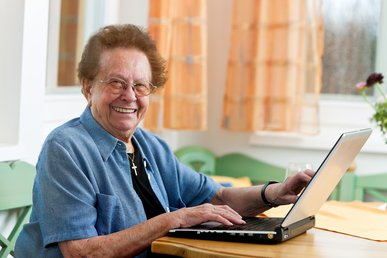 047521637-active-senior-woman-laptop-lei
